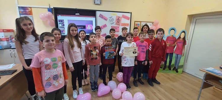 Учениците от IV в клас от ОУ Васил Левски отбелязаха Деня на розовата фланелка - голяма снимка