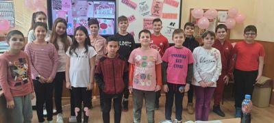 Учениците от IV в клас от ОУ Васил Левски отбелязаха Деня на розовата фланелка 4